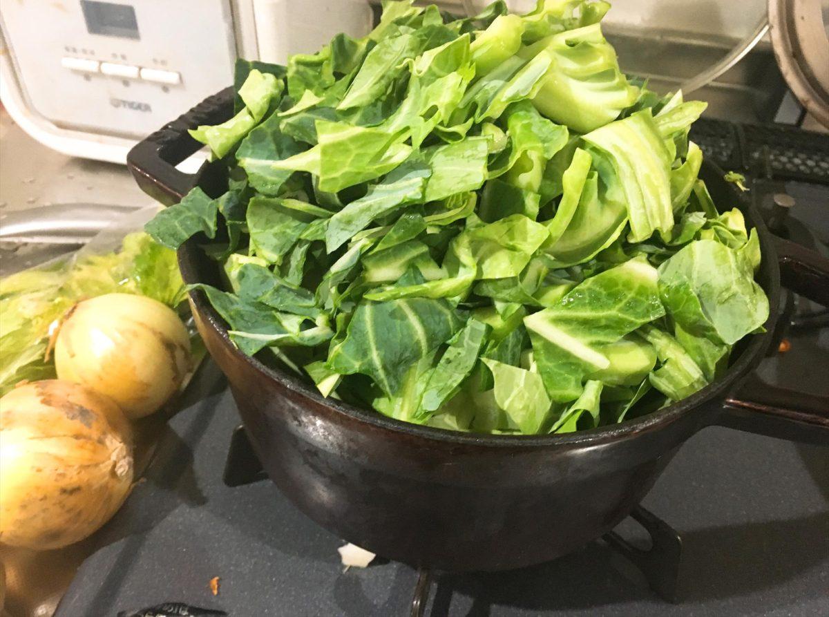 鍋から溢れるキャベツ